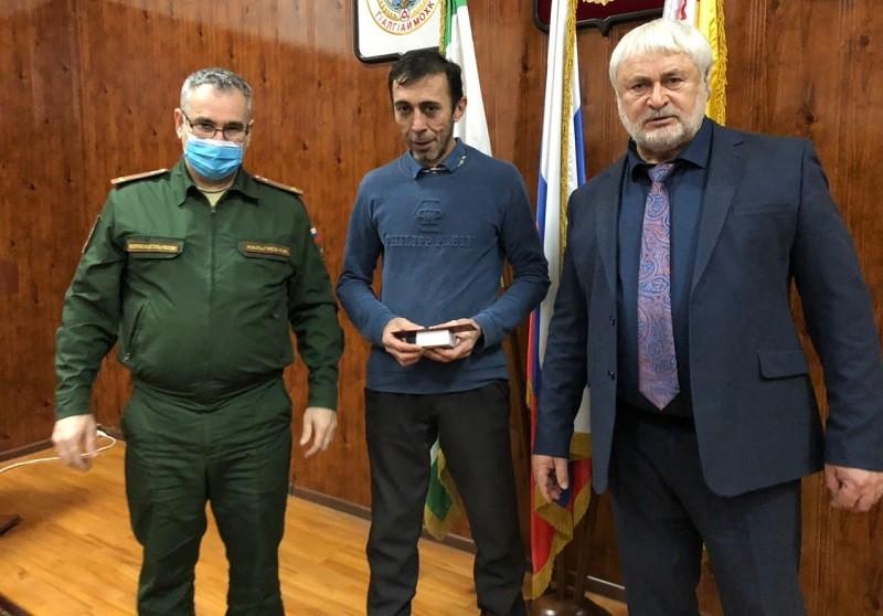 В администрации района состоялось вручение юбилейных медалей «250 лет единения Ингушетии с Россией» кадровым офицерам