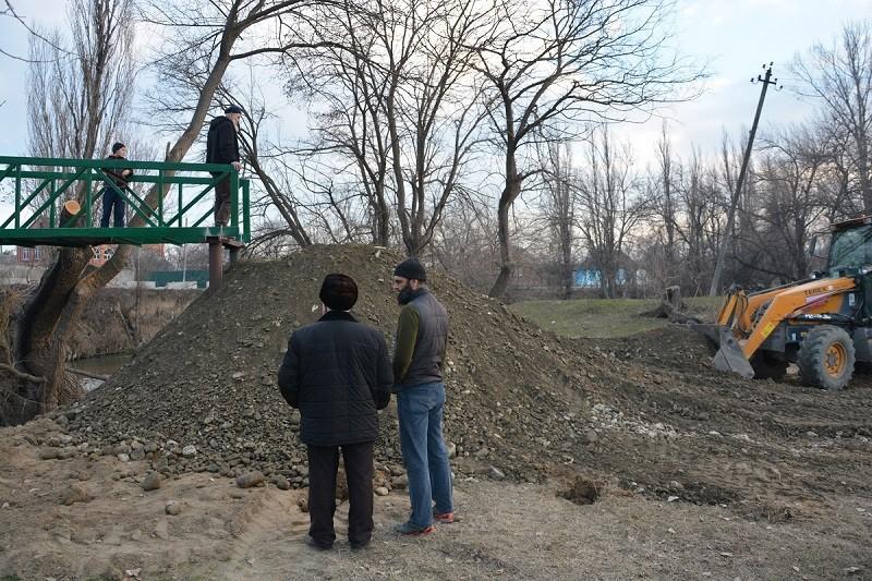 В с.п. Троицкое ведется строительство нового пешеходного моста через реку Сунжа