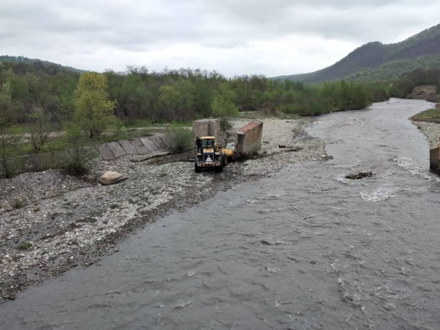 В Сунженском районе проведена работа по очистке мостовых сооружений и русел рек