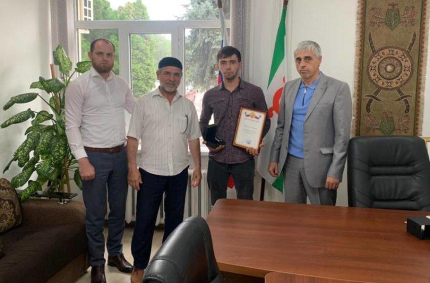 Сегодня в администрации Сунженского района наградили жителя с.п. Галашки Накастоева Ислама который спас тонущую девочку