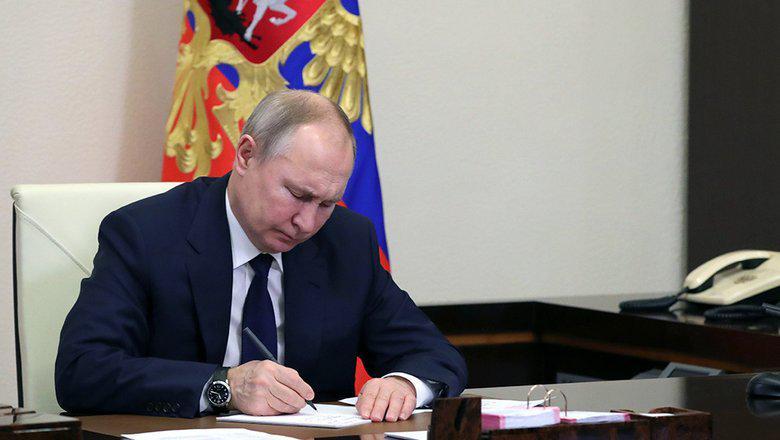 Владимир Путин подписал Указ «О единовременной выплате семьям, имеющим детей». Согласно указу, семьи с детьми получат единовременную выплату в период с августа по декабрь текущего года.