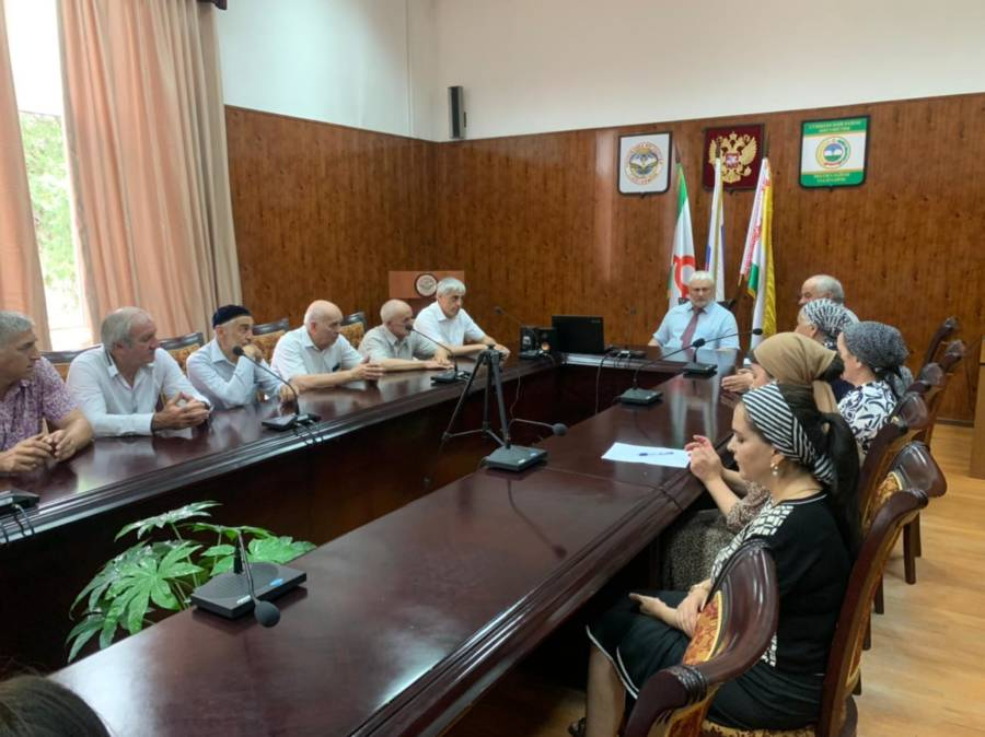 Сегодня Глава администрации Сунженского района Магомед Дзейтов провел совещание с работниками администрации.