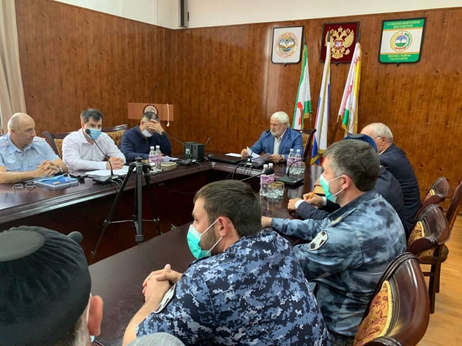 В администрации Сунженского района состоялось заседание рабочей группы при антитеррористической комиссии под председательством Главы администрации Магомеда Дзейтова.