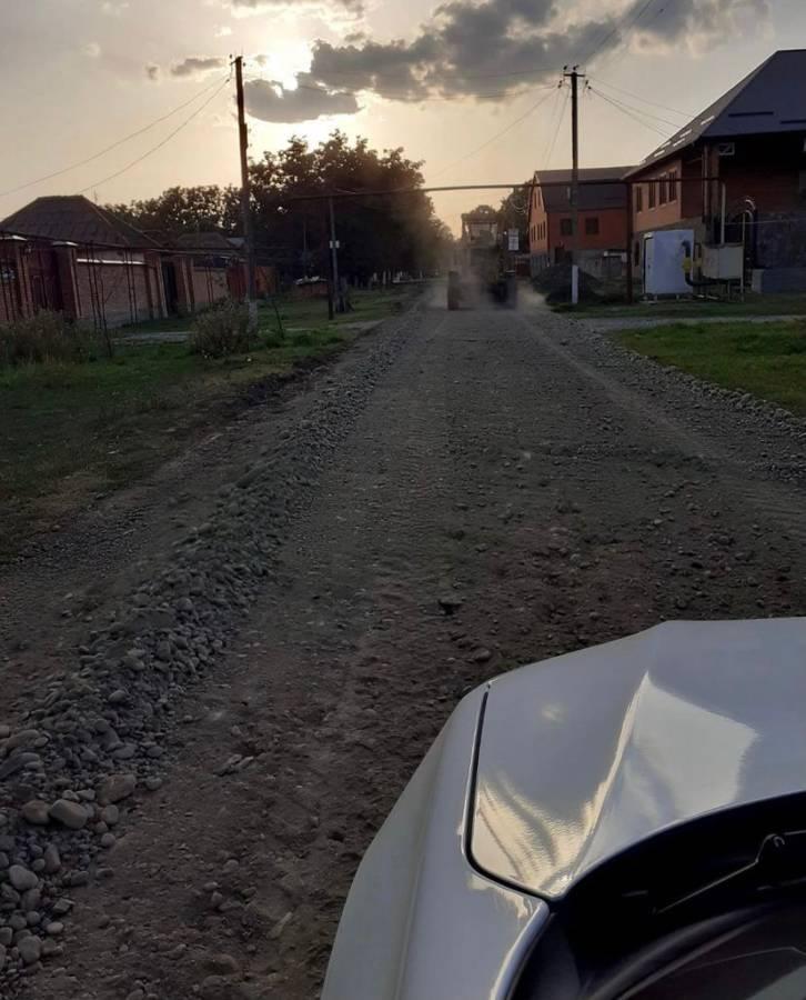 Работы по ремонту внутрипоселковых дорог с привлечением спецтехники «Грейдера» продолжаются в сельском поселении Троицкое.