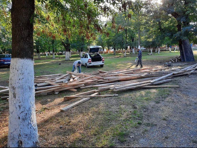 В сельском поселении Троицкое начата масштабная работа по благоустройству центрального парка.