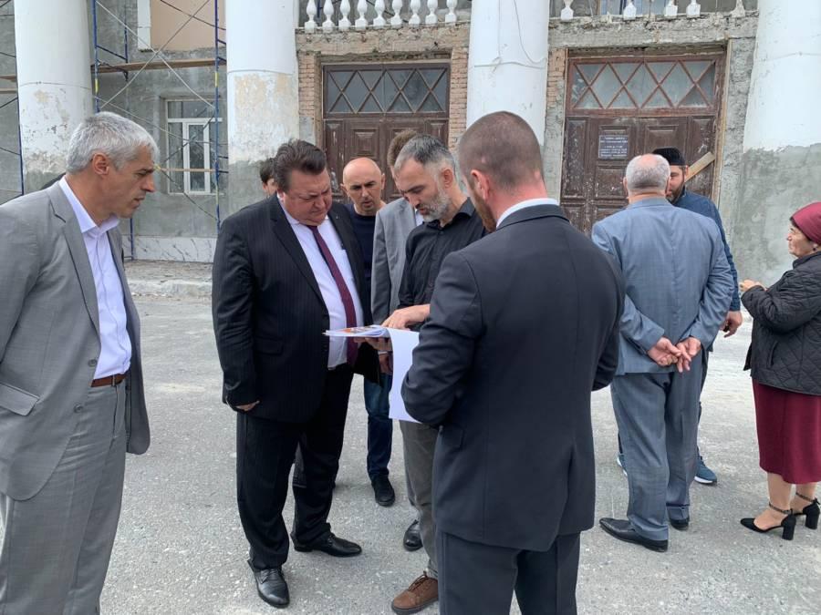 Владимир Сластенин совместно с представителями администрации Сунженского района и Мэрии города Сунжа проверил ход работ по капитальному ремонту Сунженского районного Дома Культуры.